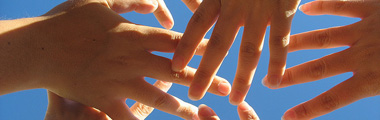 mans amb cel de fons