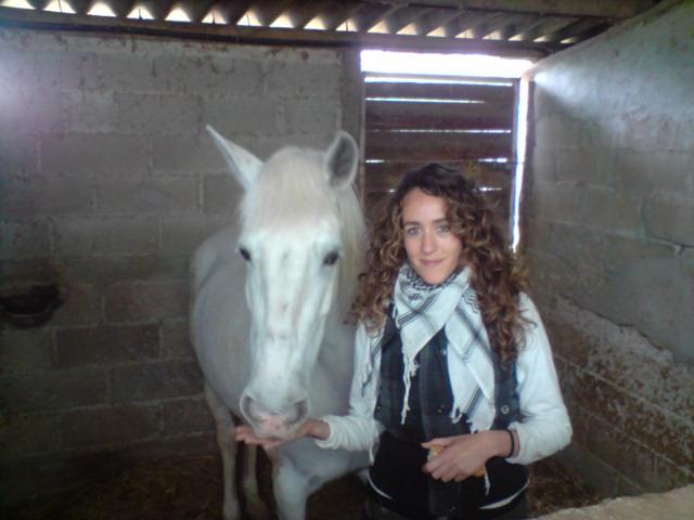 Mireia, voluntària d'equinoteràpia